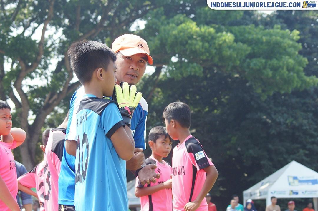 Latif; Dukungan Sang Istri di Balik Pahitnya Intervensi Orangtua Pemain